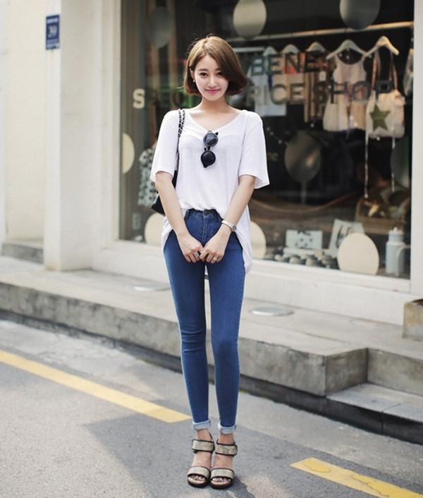 Áo thun cổ tròn phối quần jean được lựa chọn cho mùa hè năng động, cách phối quần jean với áo thun đẹp nhất